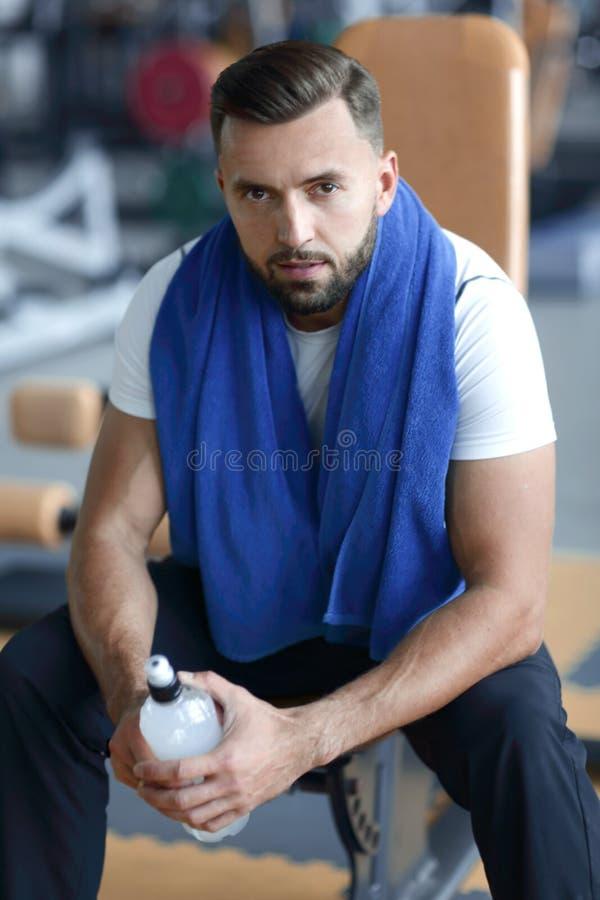 Porträt eines attraktiven Mannes in der Turnhalle stockbilder