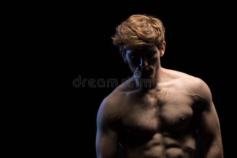 Porträt eines attraktiven Mannes mit dem nackten Torso lizenzfreies stockbild