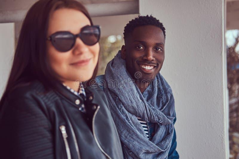 Porträt eines attraktiven stilvollen Paares Afro-amerikanischer Kerl w lizenzfreie stockfotos