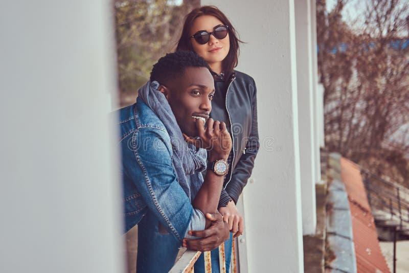 Porträt eines attraktiven stilvollen Paares Afro-amerikanischer Kerl w lizenzfreies stockfoto