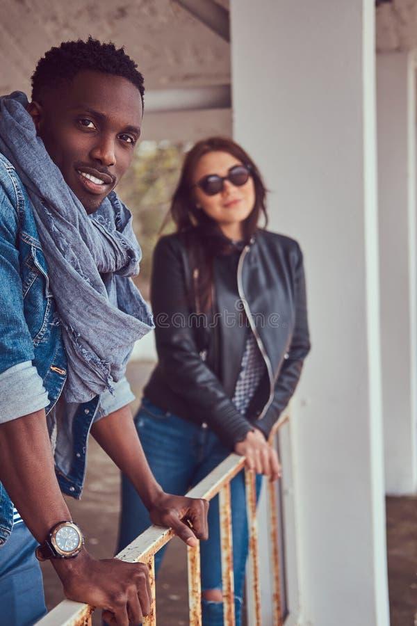 Porträt eines attraktiven stilvollen Paares Afro-amerikanischer Kerl w stockfotos