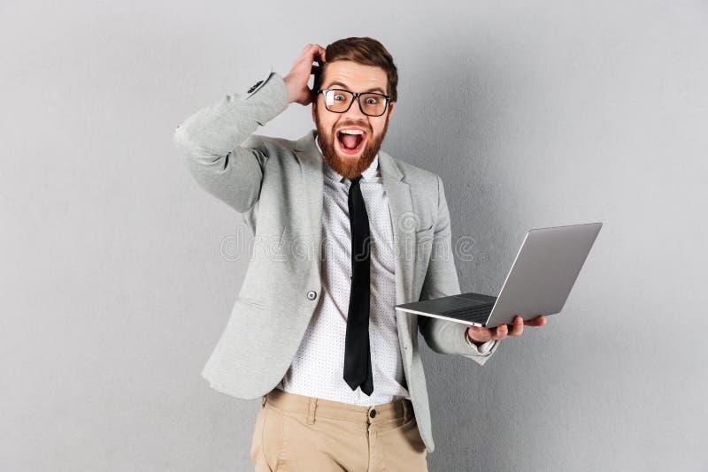 Porträt eines aufgeregten Geschäftsmannes kleidete in der Klage an stockbilder
