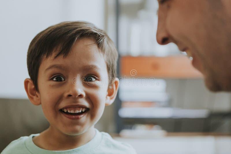 Porträt eines aufgeregten Jungen stockbild