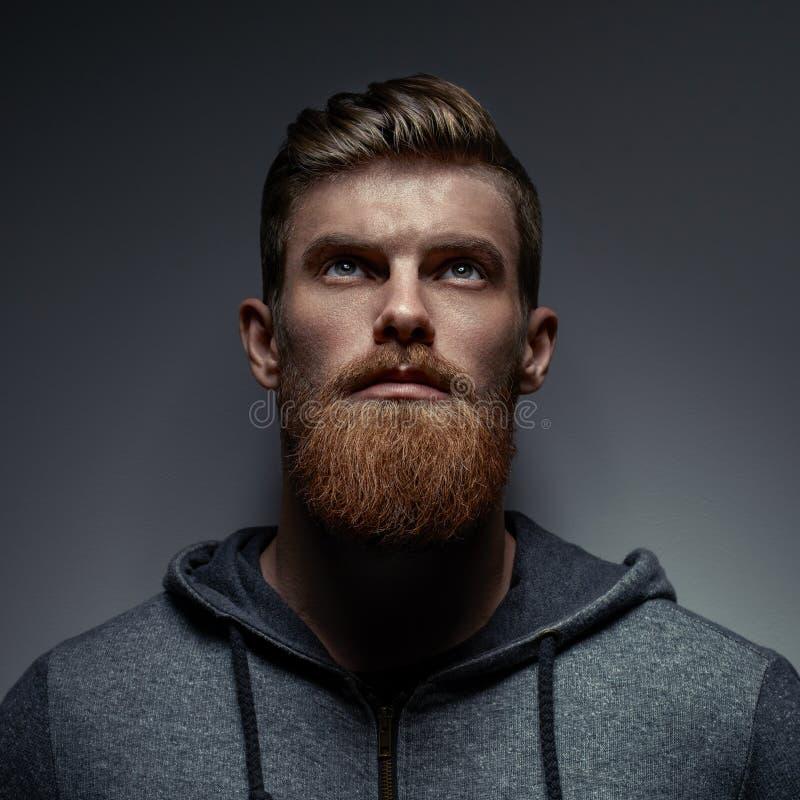 Porträt eines bärtigen Europäers mit blauen Augen lizenzfreie stockfotos