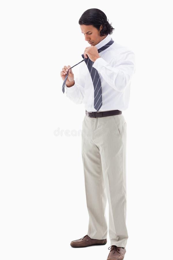 Porträt eines Büroangestellten, der seins Bindung setzt lizenzfreie stockbilder