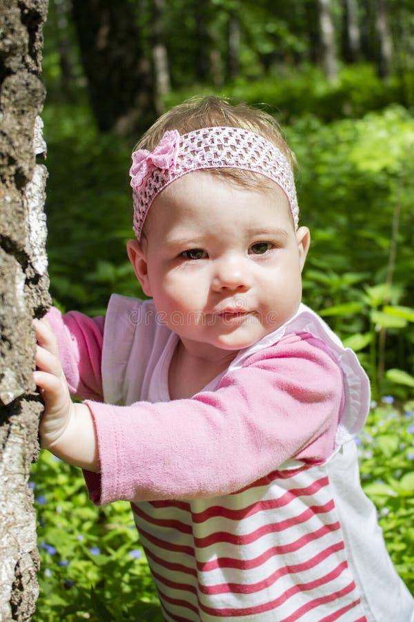 Porträt eines Babys, das in den Park geht Helles Sonnenlicht, das Gesicht des Kindes Wenig Mädchen mit einem Bogen, Nahaufnahmepo lizenzfreie stockbilder