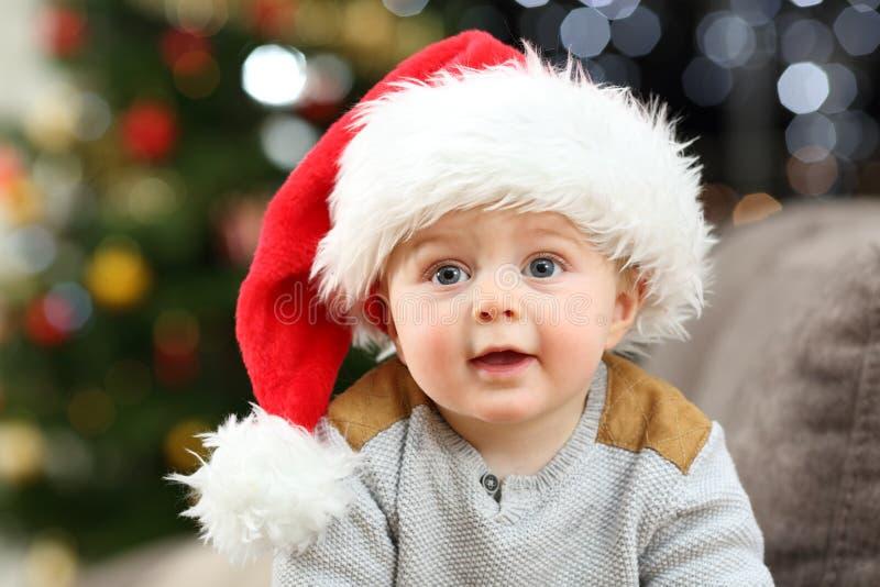 Porträt eines Babys, das Sankt-Hut im Weihnachten trägt lizenzfreie stockfotografie
