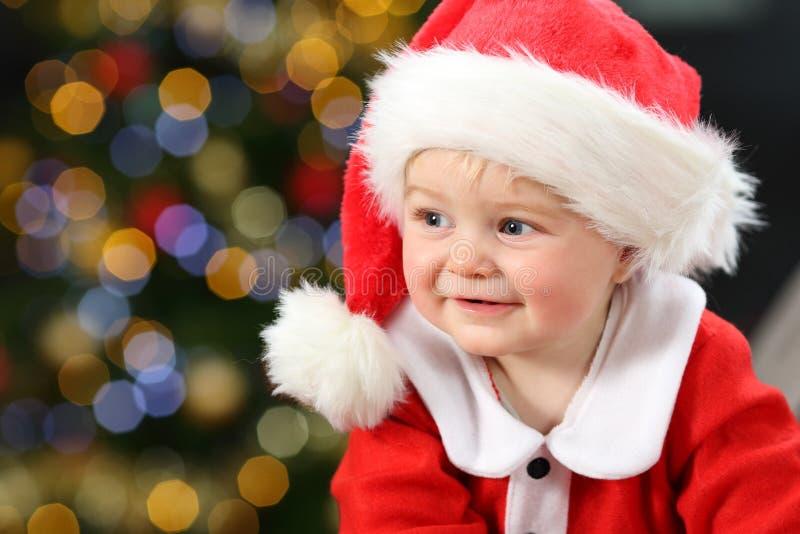 Porträt eines Babys, das Sankt-Verkleidung trägt stockfotografie