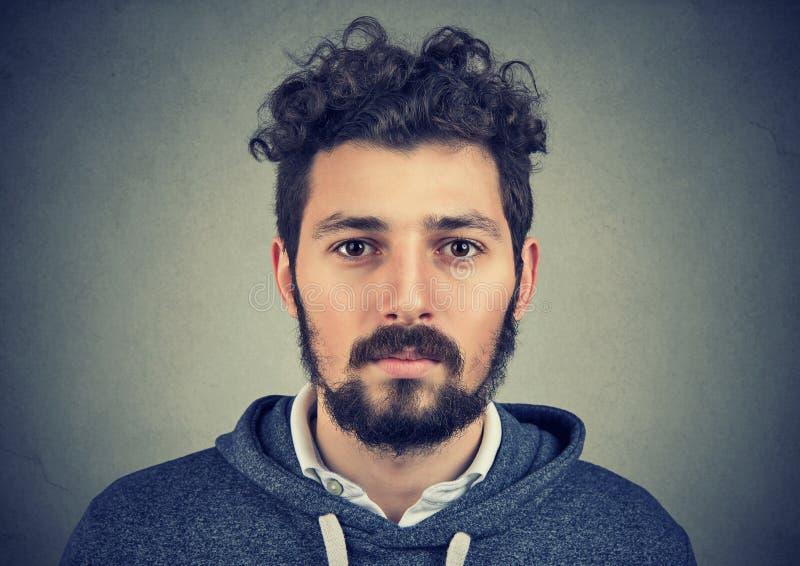 Porträt eines Bartmannes mit ernstem Gesichtsausdruck stockfotografie