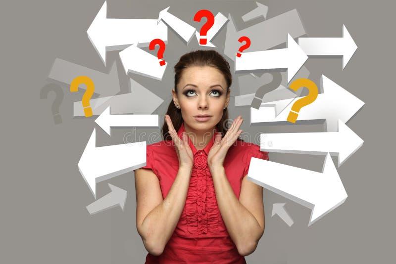 Porträt eines betonten jugendlich Mädchens mit Fragezeichen lizenzfreies stockfoto