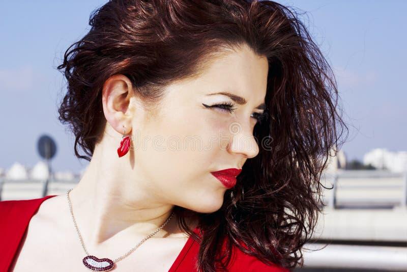 Porträt eines bezaubernden hübschen Mädchens mit dem langen roten Haar Eine hübsche Frau, die auf einem Hintergrund einer Sommern lizenzfreie stockbilder