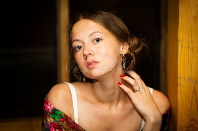 Porträt eines braunhaarigen Mädchens in einem geblühten Schal drapiert über ihren Schultern lizenzfreie stockfotos