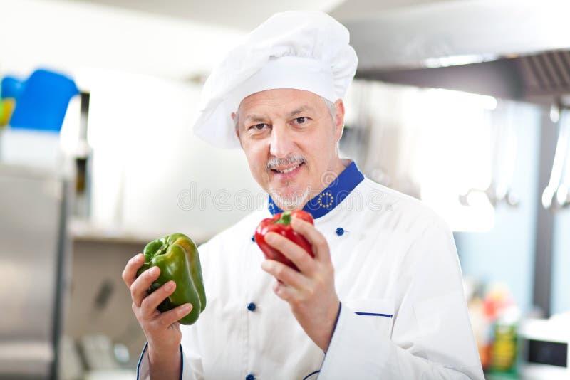 Porträt eines Chefs in seiner Küche lizenzfreie stockfotografie