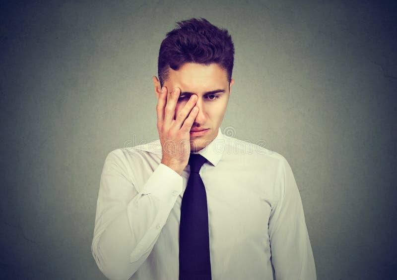 Porträt eines deprimierten jungen Geschäftsmannes stockfotos