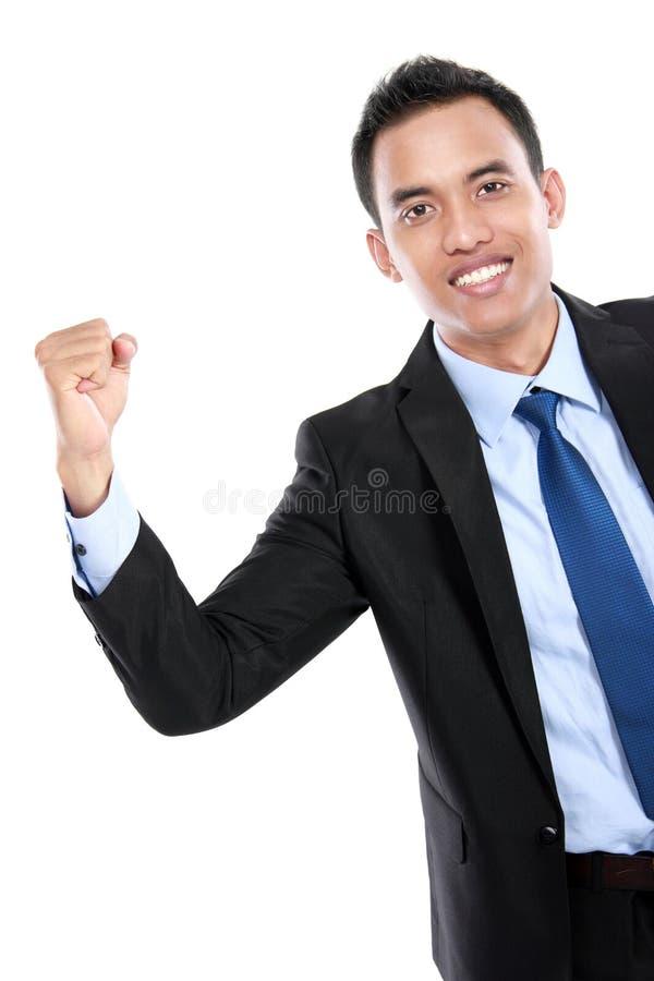 Porträt eines energischen jungen Geschäftsmannes, der Erfolg genießt lizenzfreies stockfoto