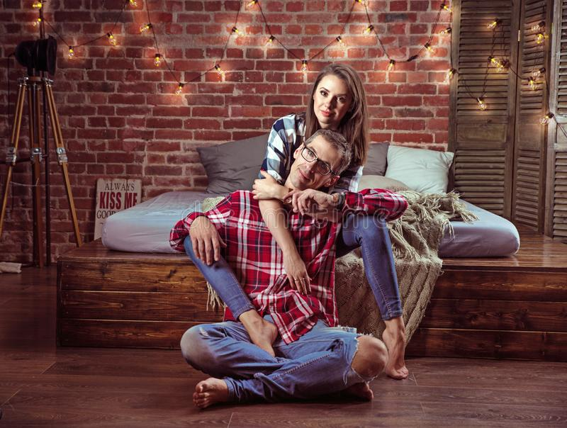 Porträt eines entspannten netten Paares in einem modernen Innenraum stockfotos