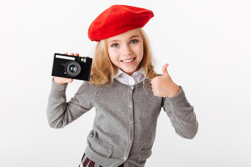 Porträt eines erfüllten kleinen Schulmädchens kleidete in der Uniform an lizenzfreies stockbild
