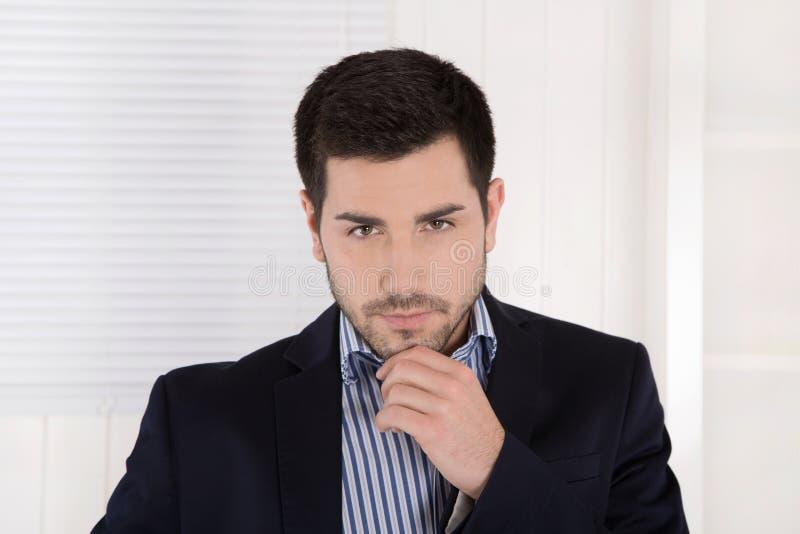 Porträt eines ernsten arroganten lokalisierten Geschäftsmannes lizenzfreies stockbild
