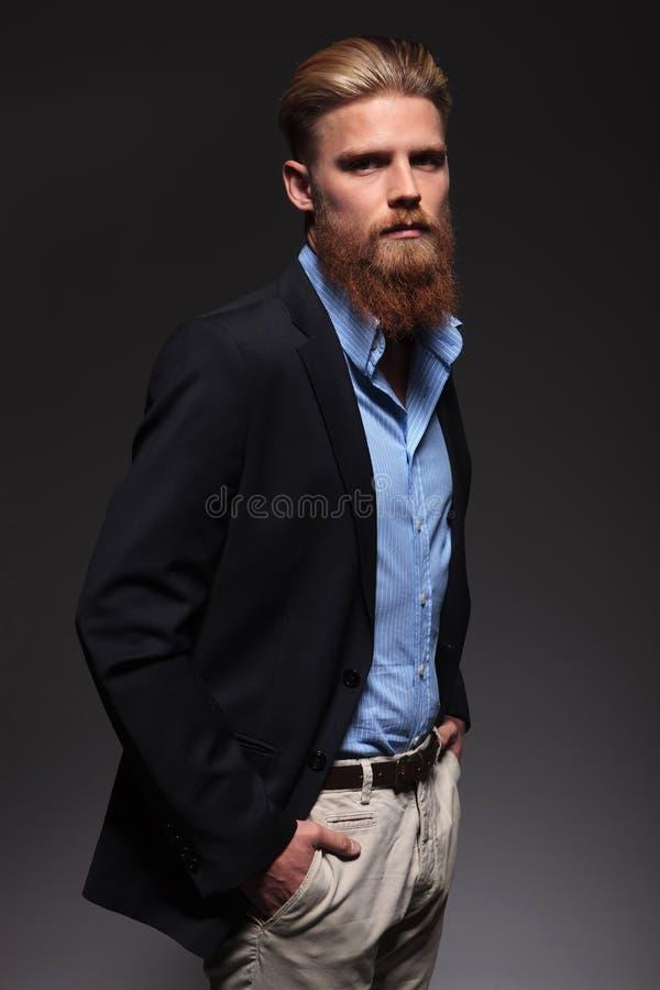 Porträt eines ernsten bärtigen Geschäftsmannes lizenzfreie stockbilder