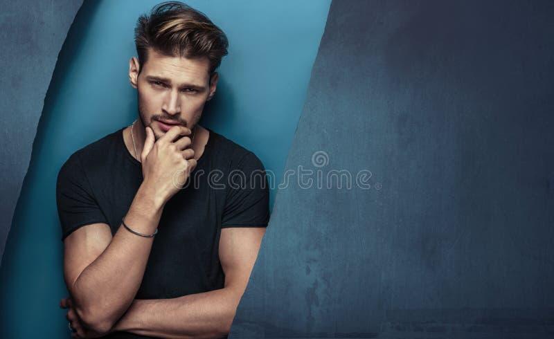 Porträt eines ernsten, hübschen jungen Mannes lizenzfreies stockfoto