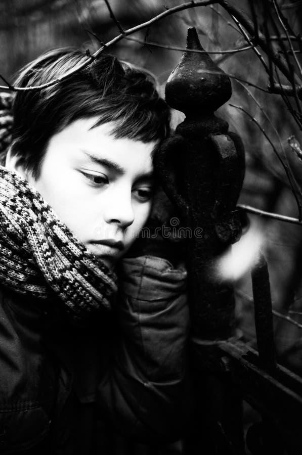 Porträt eines ernsten und etwas traurigen Jungen lizenzfreie stockfotos