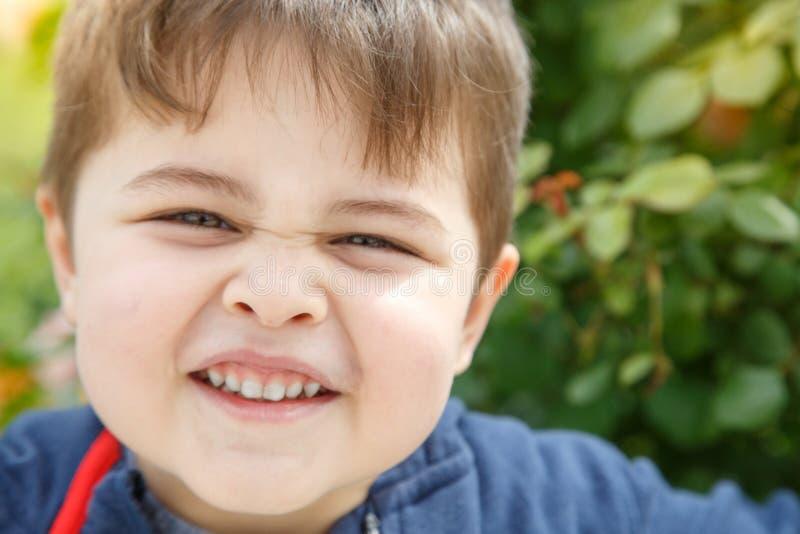 Portr?t eines Freiens des kleinen Jungen in der warmen Jahreszeit lizenzfreie stockfotos