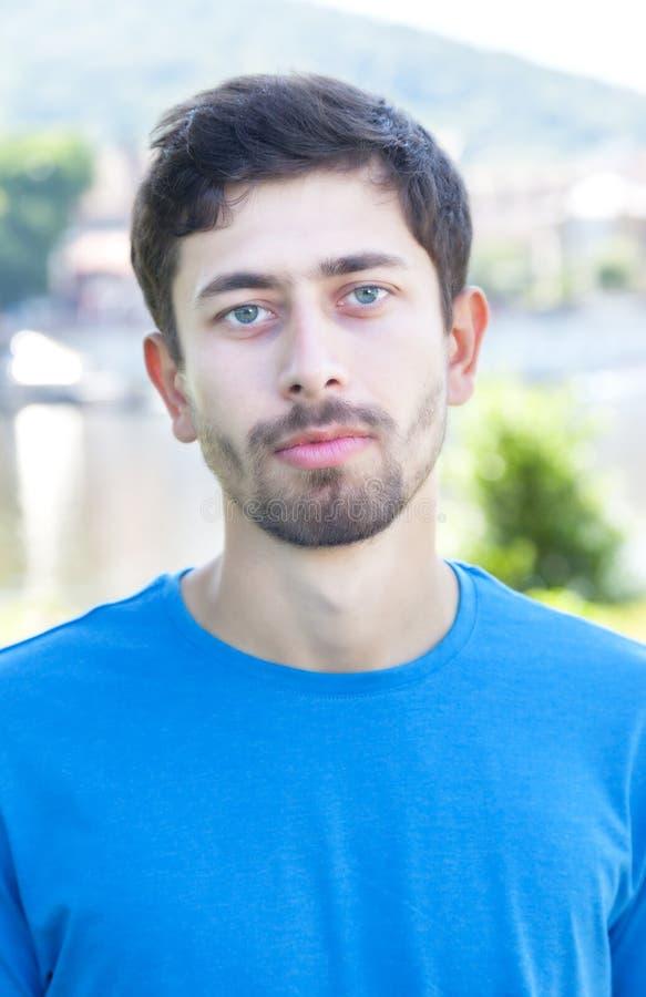 Porträt eines freundlichen Kerls mit Bart draußen lizenzfreie stockfotos