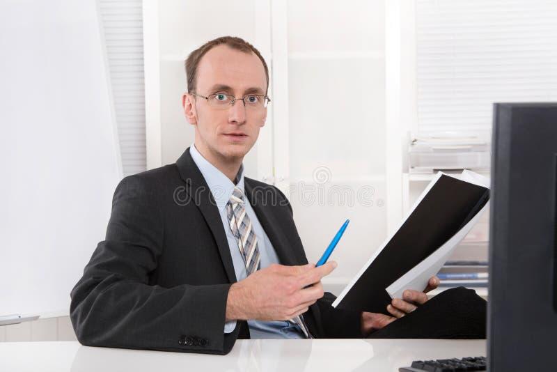 Porträt eines Geschäftsführers am Schreibtisch. lizenzfreie stockbilder