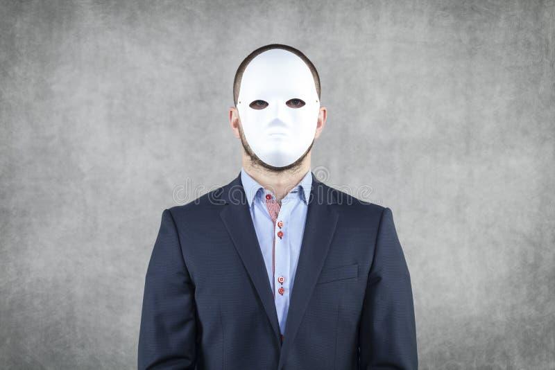 Porträt eines Geschäftsmannes, der eine Maske trägt stockfoto