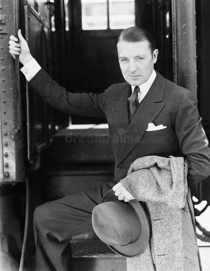Porträt eines Geschäftsmannes, der einen Zug verschalt (alle dargestellten Personen sind nicht längeres lebendes und kein Zustand lizenzfreie stockbilder