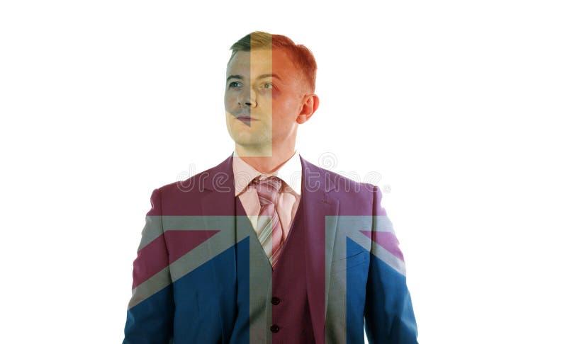 Porträt eines Geschäftsmannes mit dem blauen Auge, das über Union Jack steht stockfoto