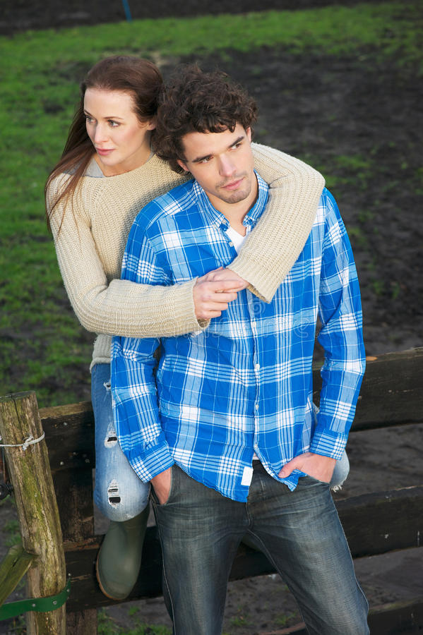 Porträt eines gesunden Paares draußen stockfotos