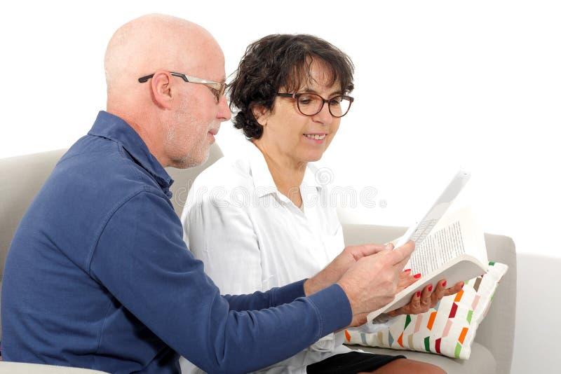 Porträt eines glücklichen älteren Paares unter Verwendung der Tablette digital lizenzfreie stockbilder