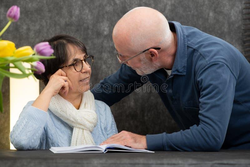 Porträt eines glücklichen älteren Paares zu Hause stockfoto