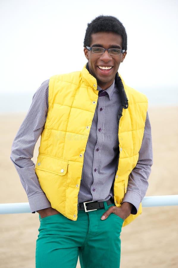 Porträt eines glücklichen Afroamerikaner-Mannesmode-modells stockfotografie