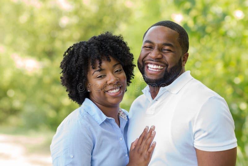 Porträt eines glücklichen Afroamerikanerpaarlächelns lizenzfreie stockfotografie
