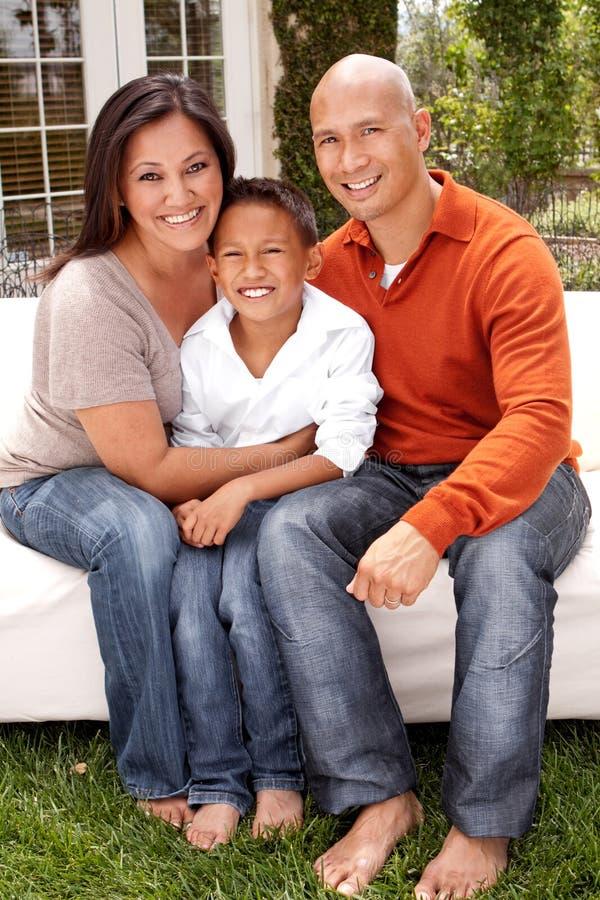 Porträt eines glücklichen asiatischen Familienlächelns lizenzfreies stockfoto