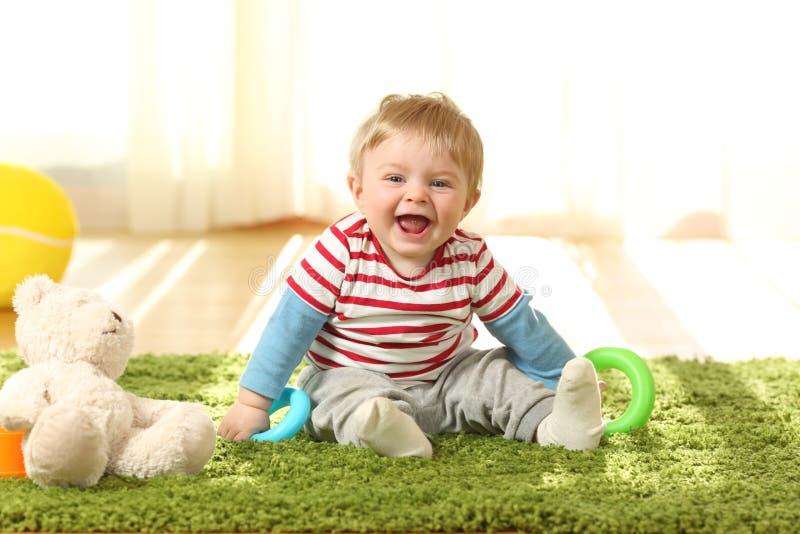 Porträt eines glücklichen Babys, das Sie betrachtet lizenzfreie stockfotografie