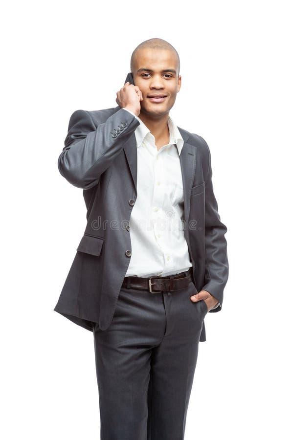Porträt eines glücklichen Geschäftsmannes, der am Telefon spricht stockfoto