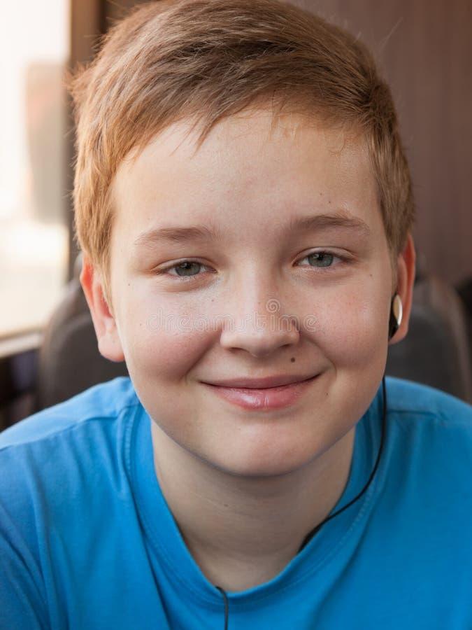 Porträt eines glücklichen Jungen lizenzfreie stockfotos