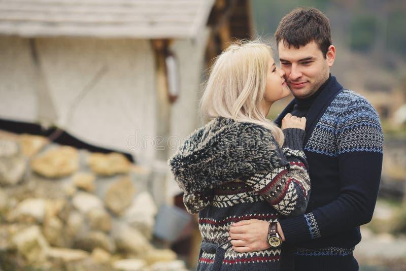 Porträt eines glücklichen jungen Paares lizenzfreies stockfoto