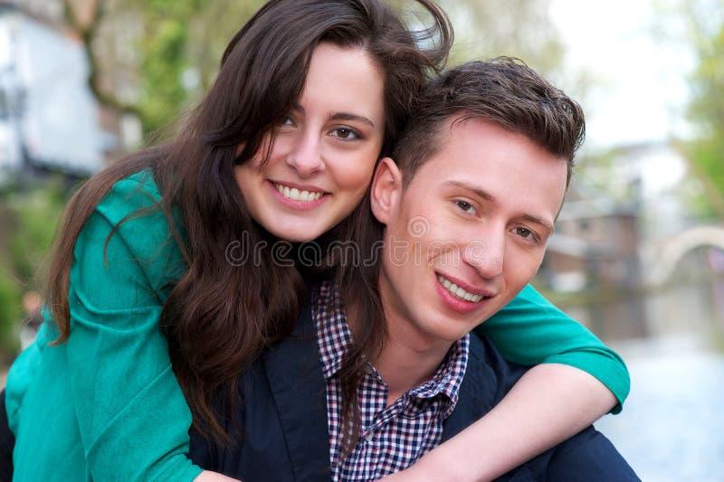 Porträt eines glücklichen jungen Paares draußen lizenzfreie stockbilder