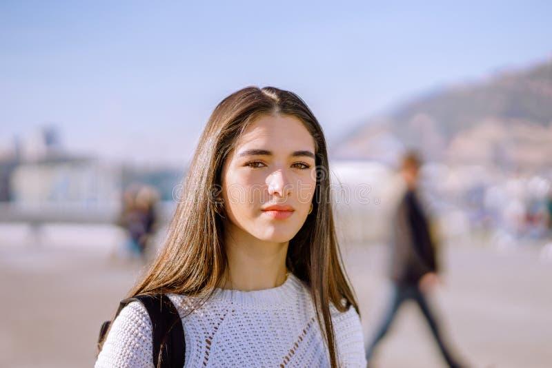 Porträt eines glücklichen lächelnden jungen Mädchens - Bild lizenzfreie stockbilder
