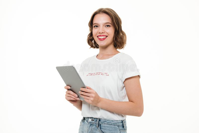 Porträt eines glücklichen lächelnden Mädchens, das Tablet-Computer hält lizenzfreie stockfotos