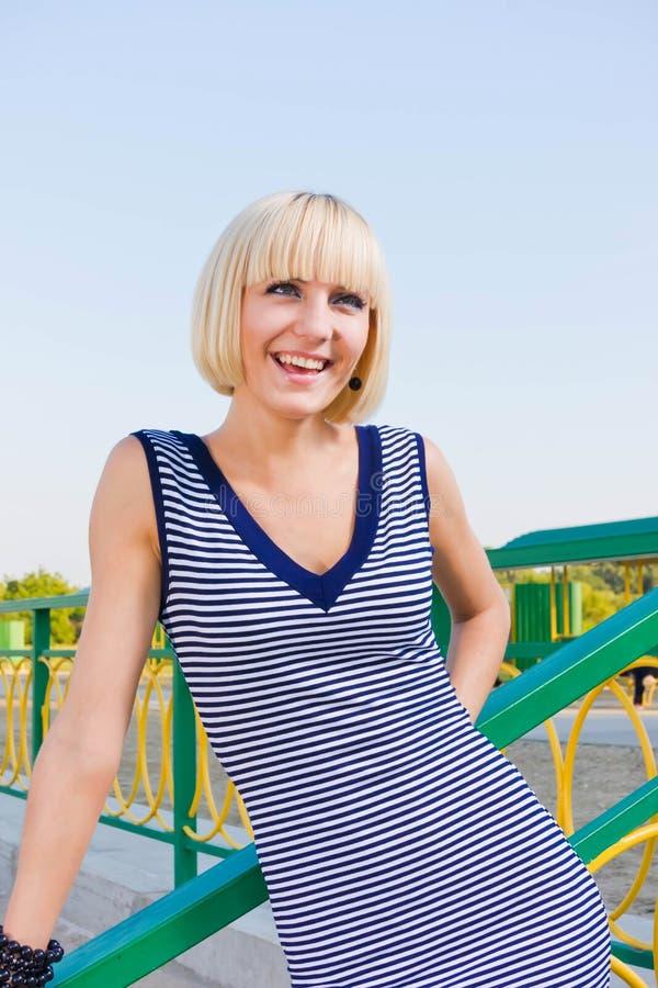 Porträt einer glücklichen jungen Frau lizenzfreies stockfoto