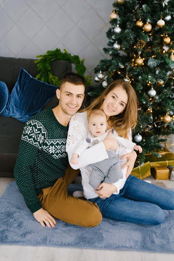 Porträt eines glücklichen Lächelns und frohe Familie im Wohnzimmer, verziert für Weihnachten lizenzfreies stockfoto