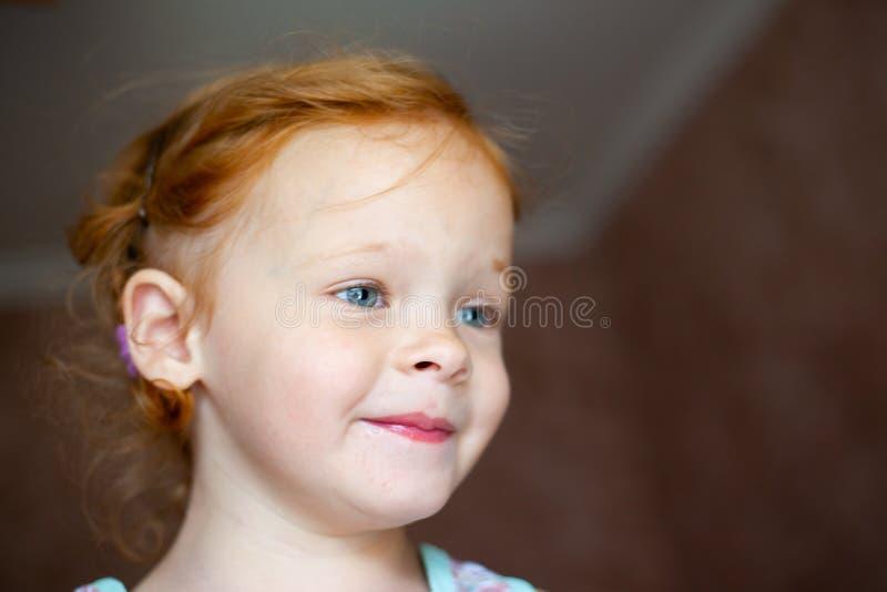 Porträt eines glücklichen lachenden kleinen Mädchens der schönen Rothaarigen lizenzfreie stockfotos