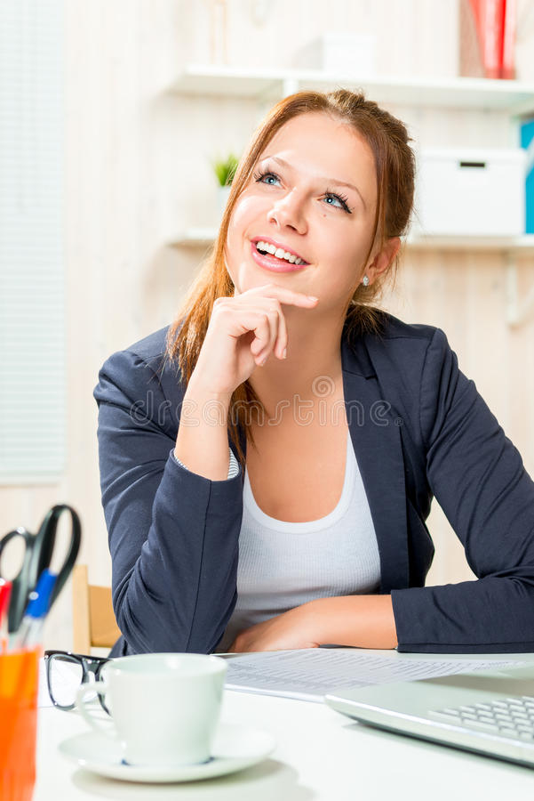 Porträt eines glücklichen Managers Inspired durch seinen eigenen Erfolg lizenzfreies stockfoto