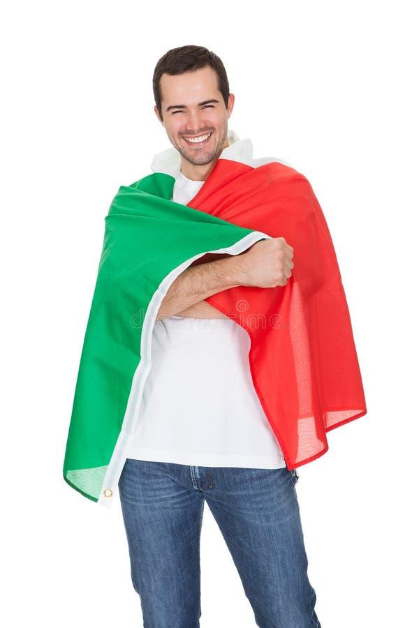 Porträt eines glücklichen Mannes, der eine italienische Flagge anhält lizenzfreie stockfotos