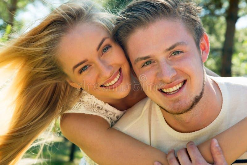 Porträt eines glücklichen Paars, das über Kamera lacht lizenzfreies stockfoto